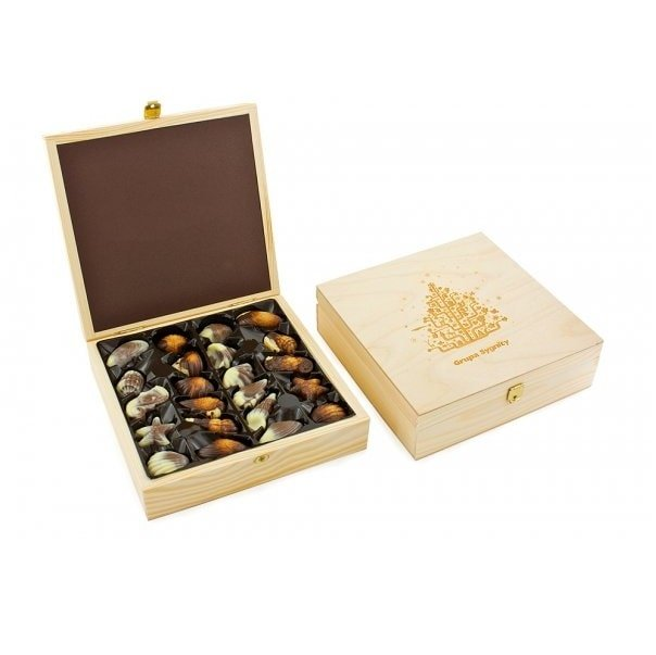 Engraving Woode Box with delicious Belgian Chocolates, www.ontimeprint.co.uk
